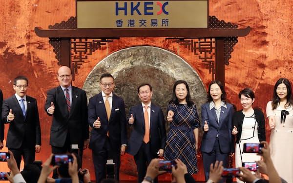 アリババ集団は香港市場に重複上場して成長期待をひき付けた(11月の上場時)=石井理恵撮影