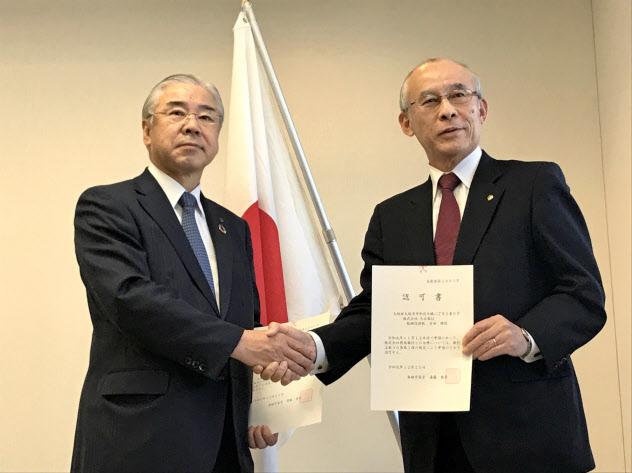 交付式に参加した徳島銀の吉岡頭取(左)と大正銀の吉田頭取(25日、徳島市)
