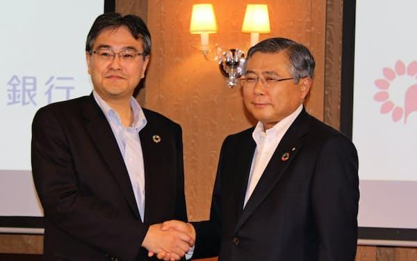 業務提携を発表した横浜銀の大矢恭好頭取(左)と千葉銀の佐久間英利頭取(7月)