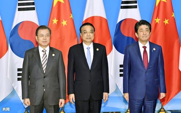 24日の会談では北朝鮮問題が主な議題となった(左から韓国の文在寅大統領、中国の李克強首相、安倍首相)=共同