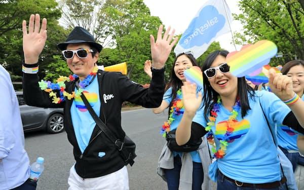 今春都内で開かれたLGBTパレードに社員らと参加した(左が小出さん)