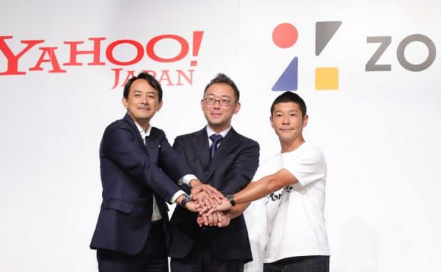 記者会見で握手する(右から)ZOZO創業者の前沢氏、沢田社長、Zホールディングスの川辺社長(2019年9月、東京都目黒区)