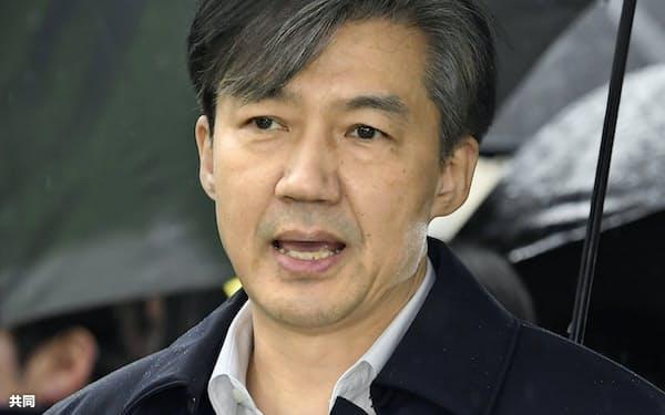 26日、ソウル東部地裁に出頭し、記者団の取材に応じる韓国の曺国前法相=共同