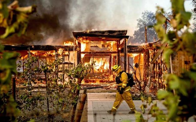 10月、米カリフォルニア州の山火事で類焼した家屋=AP