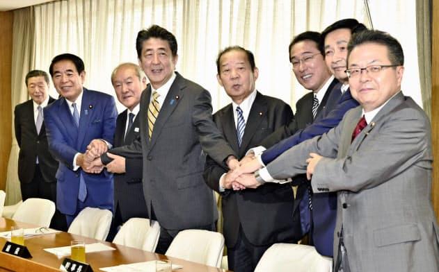 記念撮影におさまる二階幹事長(右から4人目)ら自民党新役員(9月、党本部)=共同