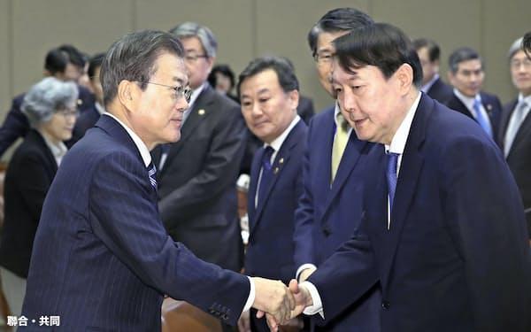 尹錫悦検事総長(手前右)はかつて文在寅大統領が抜てきした人物だ(11月8日、ソウル)=聯合・共同