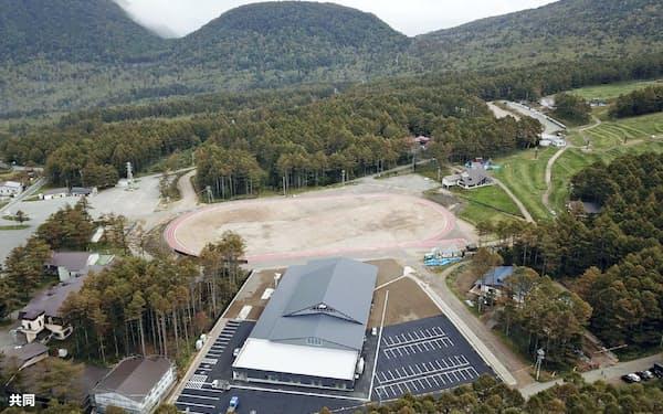 湯の丸高原に完成した施設。手前がプール、奥が陸上トラック(長野県東御市提供)=共同