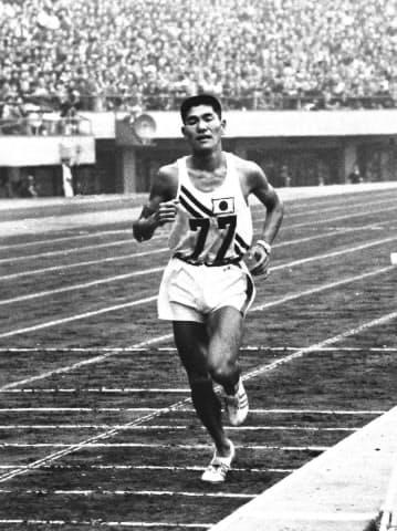 1964年東京五輪の男子マラソンで3着でゴールインする円谷幸吉=共同