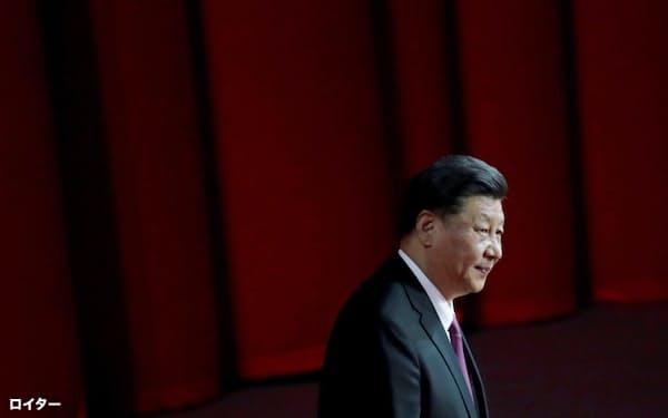 中国経済には難題が山積する(マカオの返還記念行事に出席した習近平・国家主席)=ロイター