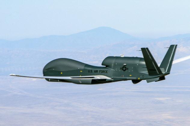 米軍の大型無人偵察機グローバルホーク(米メーカー、ノースロップ・グラマンのホームページから)