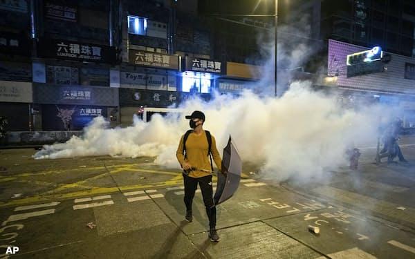 香港では連日、催涙弾が使われる事態になった(25日)=AP