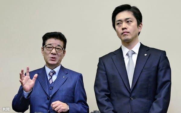 取材に応じる松井一郎大阪市長(左)と吉村洋文大阪府知事=26日、大阪府庁