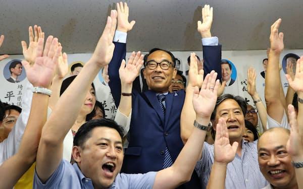 知事選で前参院議員の大野元裕氏(中央)が初当選した(8月、さいたま市)