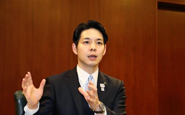 鈴木知事は最大の実績として、官邸との太いパイプを生かした観光インフラの増強などを挙げた