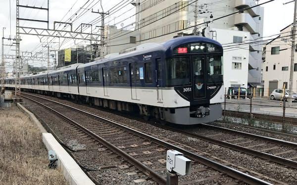 香里園駅付近を快走する京阪3000系特急