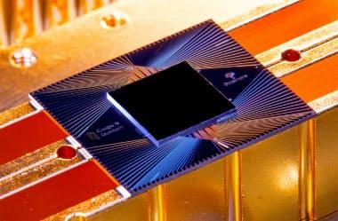 グーグルが開発した量子コンピューターのチップ「シカモア」と、その中に並んだ量子素子(下)=Google提供