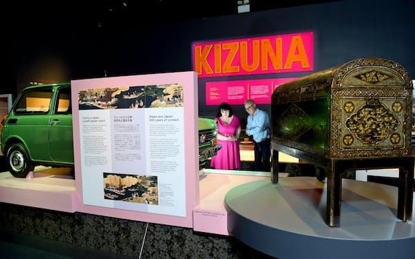 ウェールズ国立博物館の「KIZUNA」展。17世紀日本の漆塗りの長持と日本車を並べて見せた
