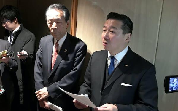 会談後、記者団の取材に応じる立民の福山哲郎(右)、国民民主の平野両幹事長(27日、都内ホテル)
