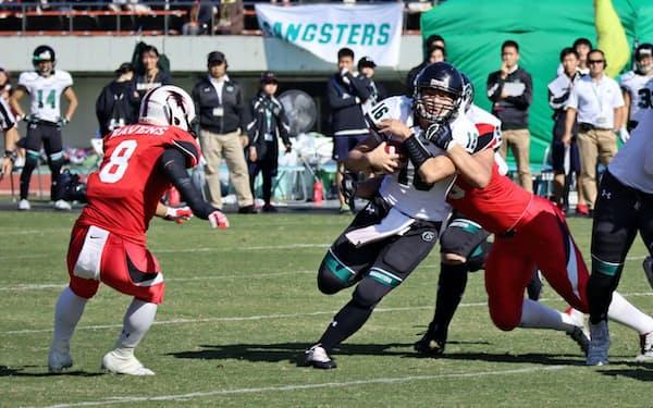 京大戦で相手QBに襲いかかる神戸大ディフェンス陣(11月)