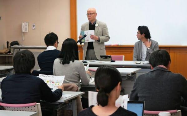 助成組織の公募説明会であいさつする熊野英介・信頼資本財団理事長(左)(大阪市北区)