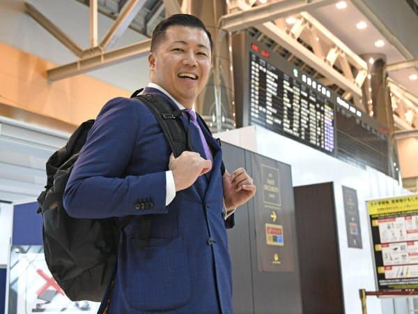 金曜の夜に週末旅行で米国・ハワイ島に出発する会社員の東松寛文さん(2019年12月6日、成田空港)=岩田陽一撮影