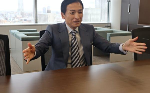 インタビューに応じる岩崎社長