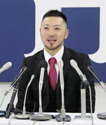 記者会見する広島の菊池涼(27日、マツダスタジアム)=共同