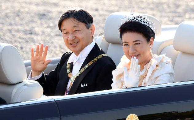 沿道の人たちに手を振る天皇、皇后両陛下(10日、東京都千代田区)