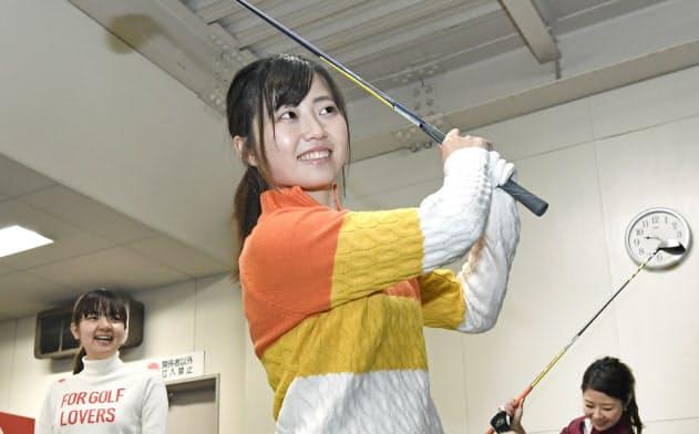 """会社帰りにゴルフ練習場でスイングのチェックに余念がない""""ゴルフ女子""""たち(東京都新宿区)"""