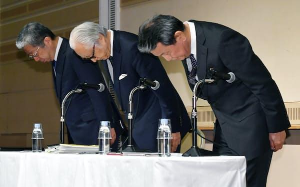 記者会見を前に一礼する(右から)かんぽ生命の植平社長、日本郵政の長門社長、日本郵便の横山社長(27日、東京・大手町)