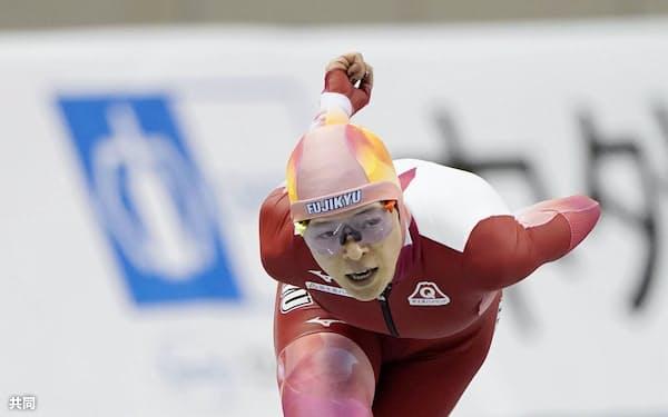 オールラウンド部門の女子で初優勝した菊池純礼の5000メートル(27日、エムウエーブ)=共同