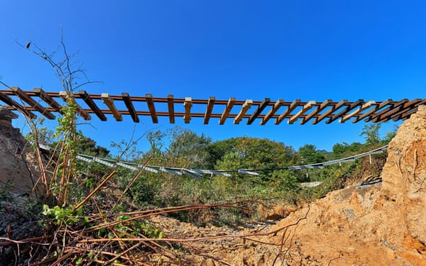 台風19号により、三陸鉄道では路盤流出で線路が宙づりになるような被害も出た(19年10月、岩手県山田町)