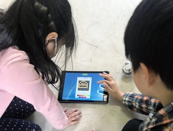 小学校ではプログラミング教育が必修になる(2019年3月、埼玉県の戸田市立戸田南小のプログラミング教育の様子)