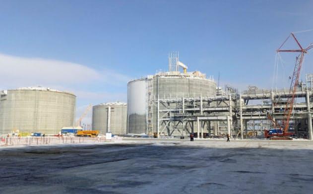 ロシアは北極圏や極東で液化天然ガス(LNG)開発を急ぐ(17年末に稼働開始したプラント)=ロイター