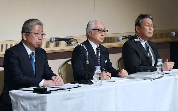 記者会見する(左から)日本郵便の横山社長、日本郵政の長門社長、かんぽ生命保険の植平社長(27日、東京・大手町)