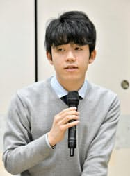 年内最後の対局を白星で締めくくった藤井聡太七段(27日午後、大阪市の関西将棋会館)=共同