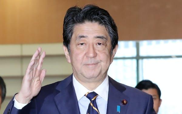 首相官邸に入る安倍首相(27日)
