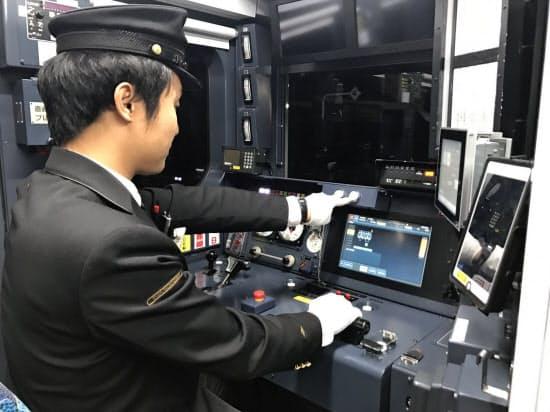 運転士は発車のボタンを押すだけで、あとは自動で走行(28日、福岡県)
