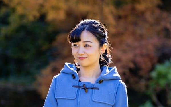 29日に25歳の誕生日を迎えた秋篠宮家の次女、佳子さま(12月3日、秋篠宮邸の庭)=宮内庁提供