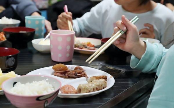 団地の一室に集まり、無料で提供される食事をとる子どもたち(大阪市西成区の「にしなり☆こども食堂」)=小幡真帆撮影