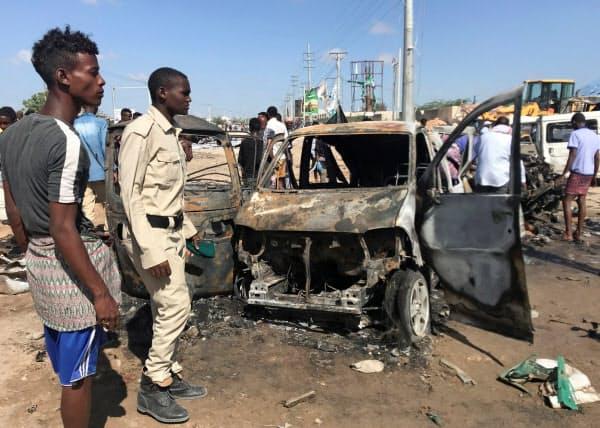 人通りの多い朝の時間帯を狙った犯行とみられる(28日、ソマリアの首都モガディシオ)=ロイター