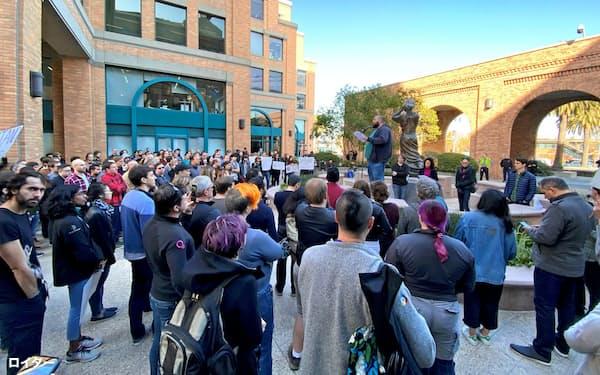 職務停止処分となった同僚の職場復帰を求めて集まったグーグル社員ら(11月22日、サンフランシスコ市)=ロイター