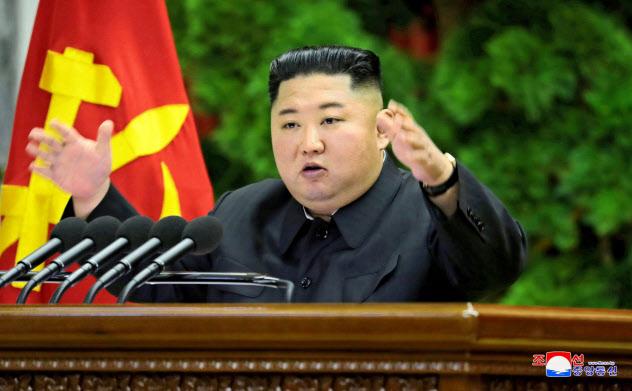 朝鮮労働党の中央委員会総会で報告する金正恩氏=朝鮮中央通信・ロイター