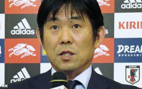 サッカーU-23のアジア選手権に臨む日本代表のメンバーを発表する森保監督(29日、長崎市)=共同