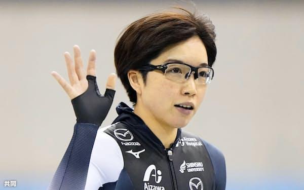 代表選考レースの女子1000メートルで1位になり、歓声に応える小平奈緒(29日、エムウエーブ)=共同