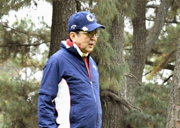 2日連続で、ゴルフを楽しむ安倍首相(30日午前、神奈川県茅ケ崎市)=共同