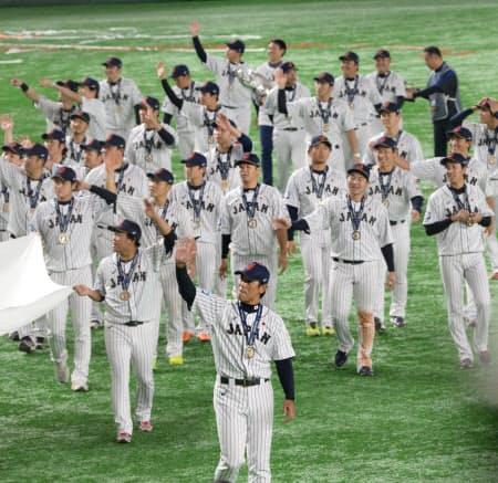 昨年のプレミア12で優勝し、金メダルを胸に場内を一周する稲葉監督(手前)と日本代表の選手たち