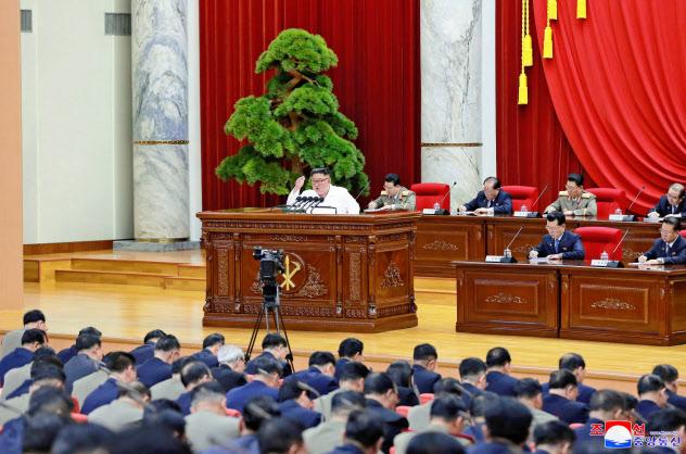 30日に開かれた朝鮮労働党の中央委員会総会で報告する金正恩氏=朝鮮中央通信・ロイター