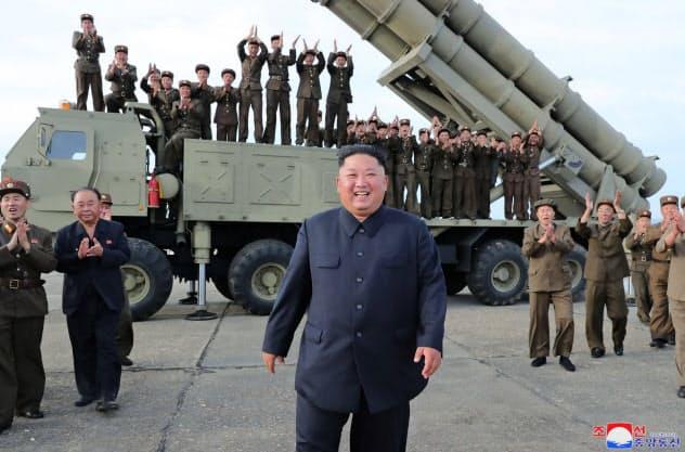 2019年8月、「超大型ロケット砲」の試射に立ち会った金正恩氏=朝鮮中央通信