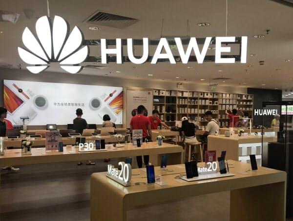 ファーウェイの中国でのスマートフォン販売は大きく伸びた(広東省広州市の店舗)